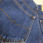 ズボンの後ろポケットに財布を入れるからズボンが破れ、腰痛にもなる