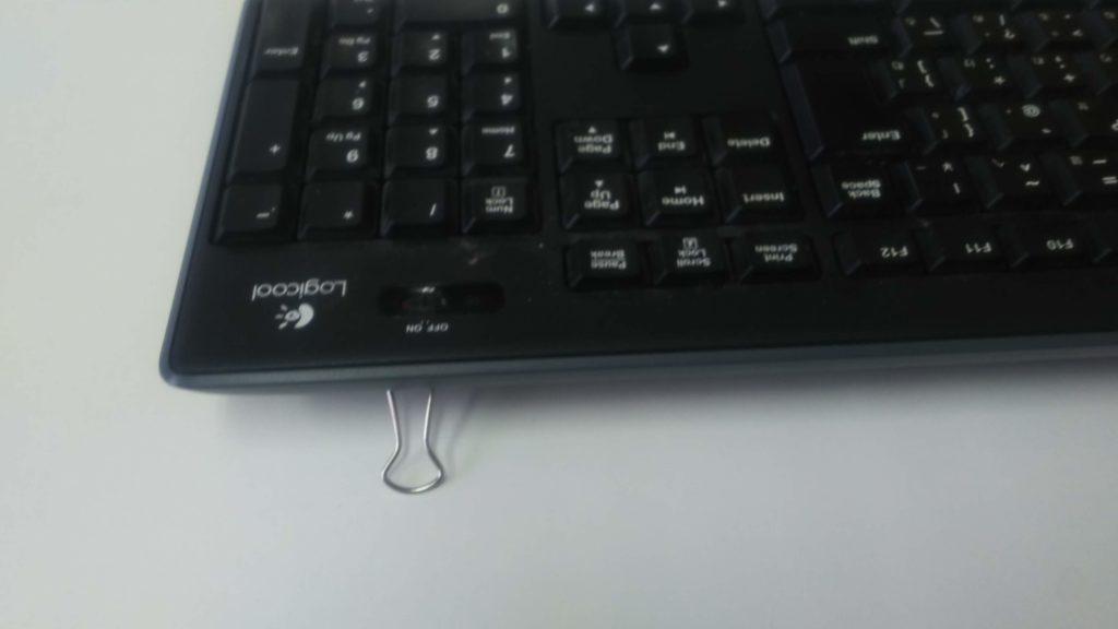 ロジクールのキーボード(K270)の足の爪が折れた場合、無くした場合にはダブルクリップを使って対処できる